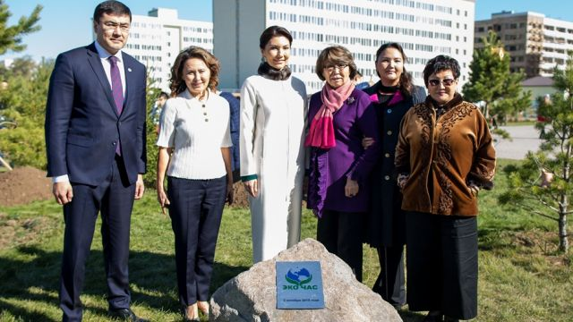 Более 200 тысяч деревьев посадили за экочас в Казахстане