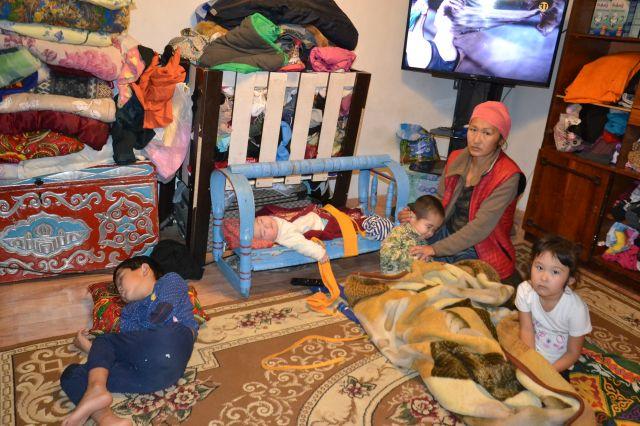 Актюбинке нечем кормить четырех детей. Их дом окружают крысы