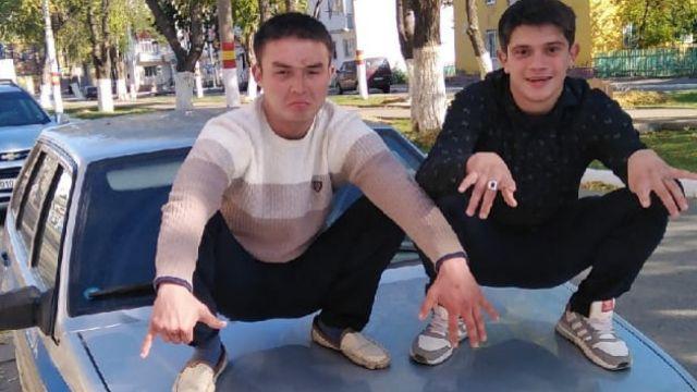 В Рудном двое парней арестованы на 7 суток за фото на капоте полицейской машины