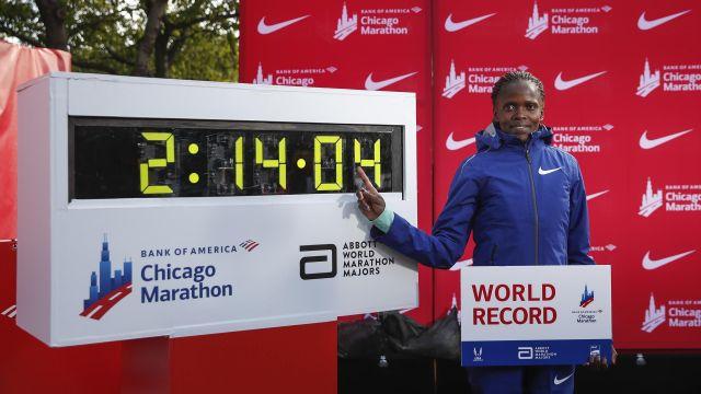 Кенийская бегунья побила мировой рекорд в марафоне, который держался 16 лет