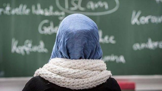 Отец избивал дочь за отказ носить хиджаб