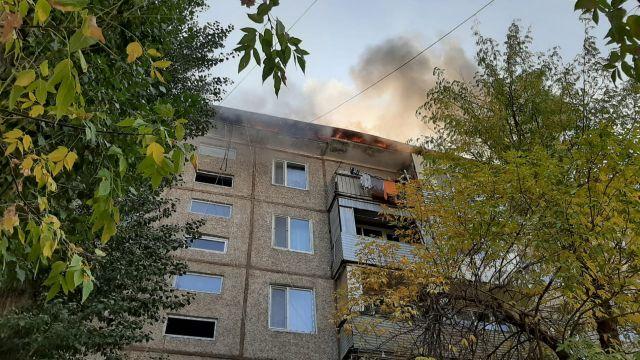 В Таразе загорелась крыша жилого дома