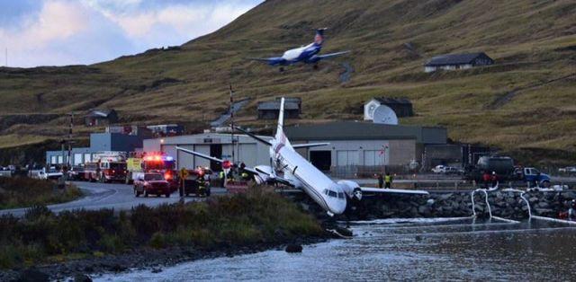 Пассажирский самолёт выкатился за пределы ВПП на Аляске, едва не рухнув в водоём