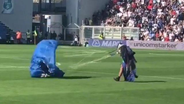 Во время Футбольного матча на поле случайно десантировался парашютист