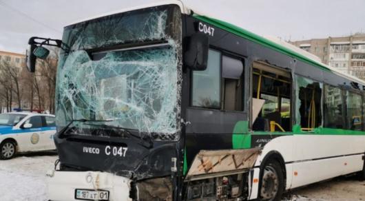 Трактор и автобус столкнулись в Нур-Султане: 7 человек доставили в больницу