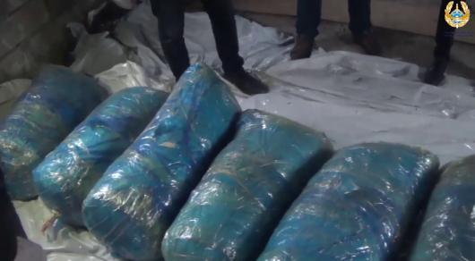 Видео обыска в доме семьи наркодилеров показали павлодарские полицейские