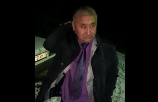 Мужчина, похожий на сельского акима в СКО, пьяным въехал в забор у дома местного жителя