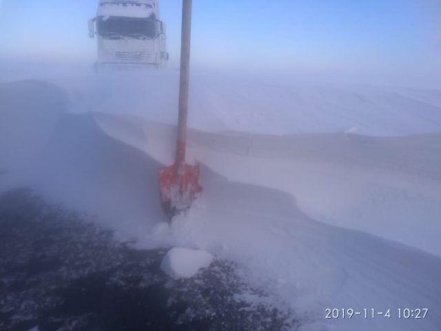 Первые жертвы стихии в Актюбинской области. 7 человек оказались на трассе в снежном плену