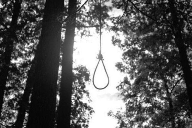 """""""Мы так больше жить не можем"""".  Влюблённую пару нашли повесившимися в лесу в СКО"""
