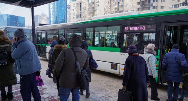 Группа возмущенных астанчан заблокировала автобус с пассажирами в Нур-Султане