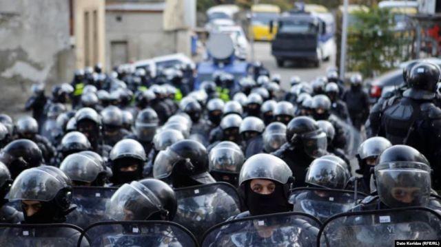 В Тбилиси спецназ силой разблокировал здание парламента