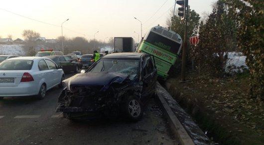 Массовое ДТП с автобусом в Алматы: пострадали 5 человек