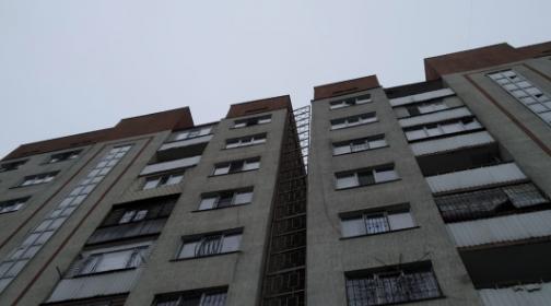 Жилая многоэтажка начала крениться в Алматы, в квартирах остаются 72 семьи