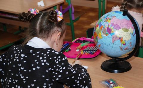 Дети в алматинской школе 20 лет учатся без спортзала, столовой и туалетов