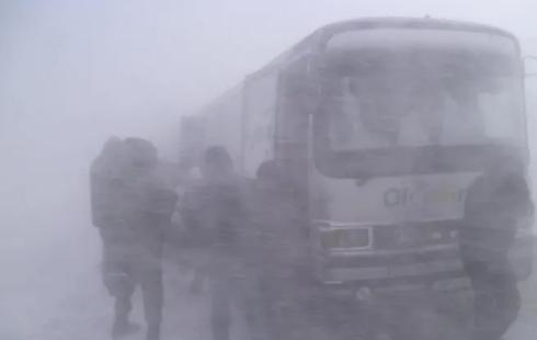 Оказавшийся в снежном плену на трассе водитель умер близ Караганды