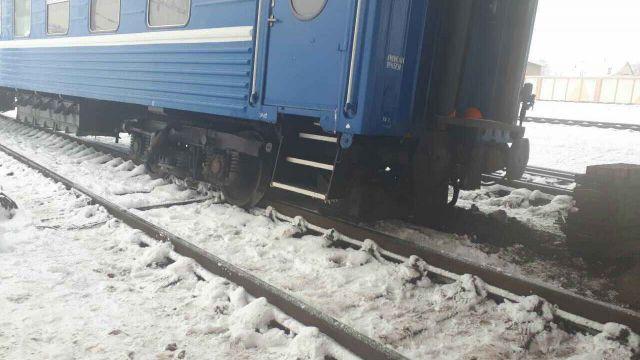 Четыре вагона пассажирского поезда сошли с рельсов в Карагандинской области
