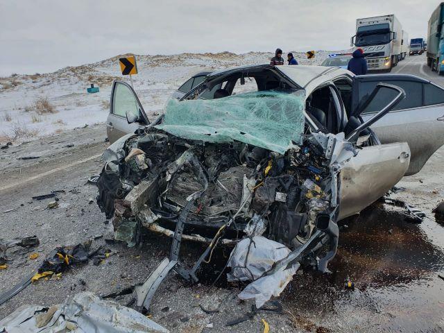 На трассе «Самара-Шымкент» грузовик столкнулся с легковым автомобилем. Три человека погибли