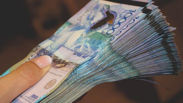 Различные варианты поэтапного повышения минимальной зарплаты просчитывают в Казахстане