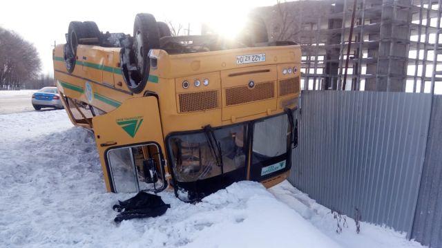 Автобус перевернулся в Актобе: 26 человек пострадали