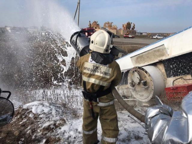 Бензовоз с 23 тоннами топлива перевернулся в Шымкенте