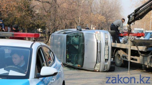 Перепутал газ и тормоз. Toyota опрокинулась в Алматы