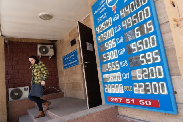 Почему в обменниках Казахстана исчезли доллары