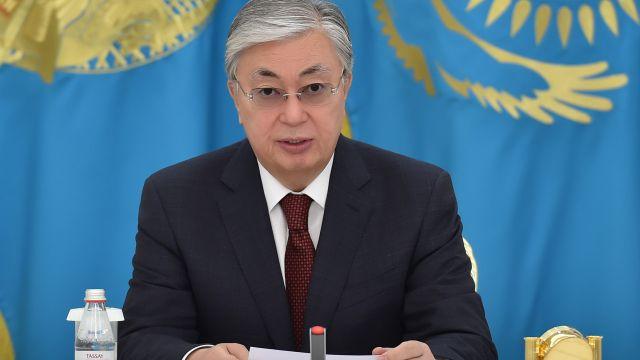 Токаев пообещал премировать казахстанских медиков