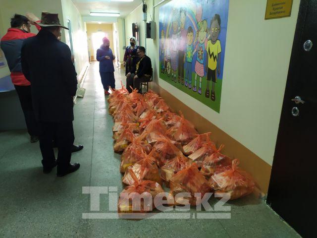 «Фермерский центр Актобе» и волонтерский клуб «Дар» поздравили земляков с Наурызом продуктовыми подарками
