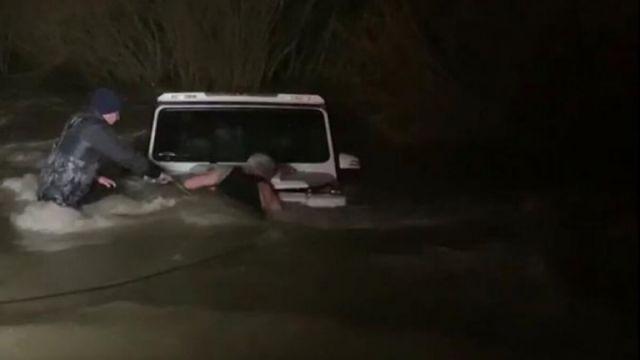 Водителя Gelendwagen несколько часов спасали из реки Нура, чтобы оштрафовать