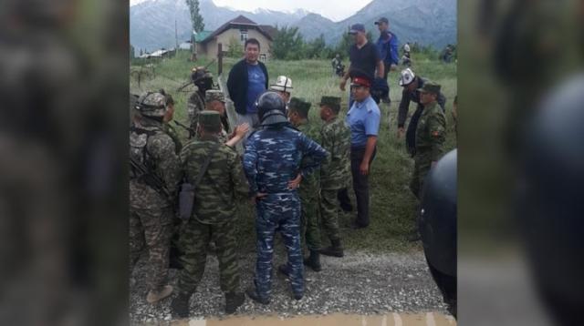 Кыргызы и узбеки устроили ожесточенный конфликт на границе