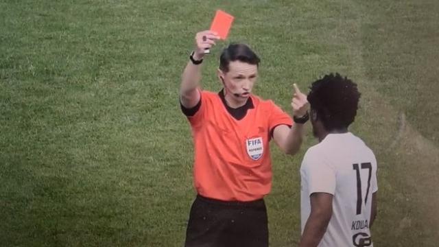 В Латвии судья показал футболисту средний палец и удалил его