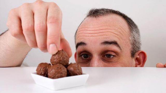 Вор-сладкоежка в Актобе обокрал кондитерскую, унеся торты на 110 тысяч тенге