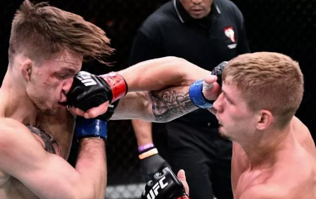 Боец UFC несколько раз просил остановить поединок, тренер отказывался