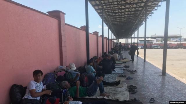 В Оренбургской области на границе снова скопилось более тысячи мигрантов из Кыргызстана, Узбекистана и Таджикистана