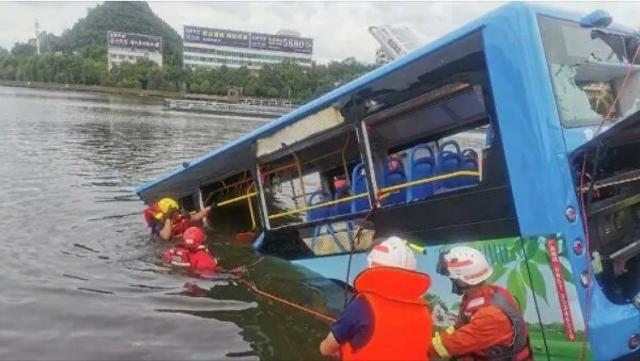 В Китае автобус со школьниками упал в водохранилище