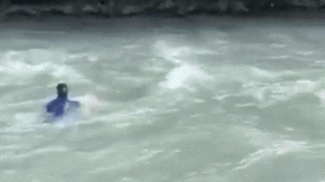 Чиновник прыгнул в реку, убегая от борцов с коррупцией