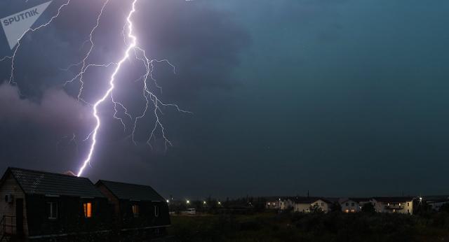 Разряд молнии привел к серьезному пожару на западе Казахстана - огонь тушат с вертолета