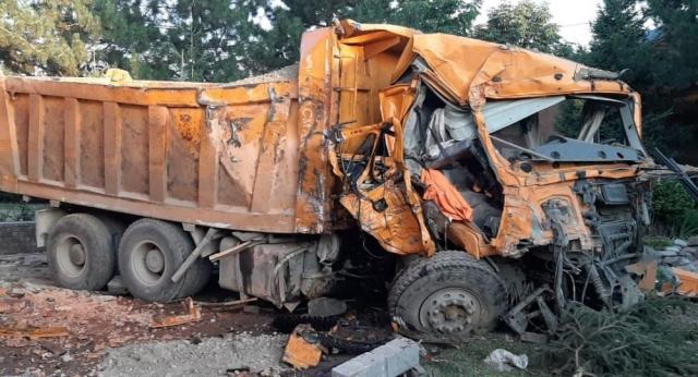 Отказали тормоза: самосвал врезался в жилой дом в Алматы