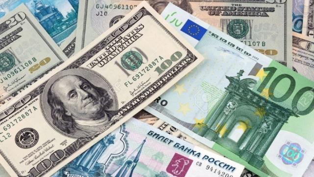 Почему слабеет российский рубль и что будет с тенге?