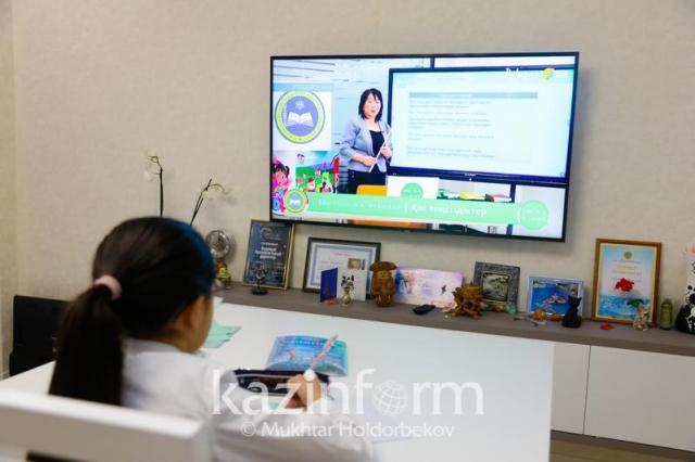 Уроки для казахстанских школьников будут транслировать на двух телеканалах