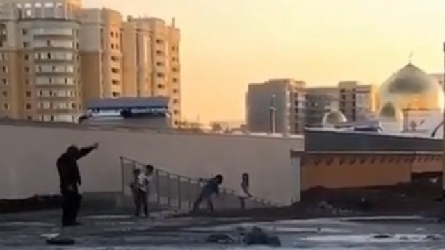 В Нур-Султане дети закидали камнями мужчину