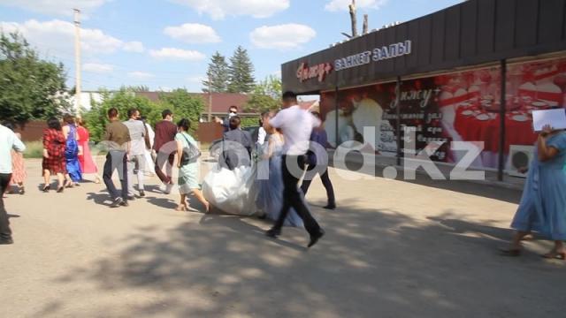 Полицейские и журналисты накрыли свадьбу во время карантина в Уральске