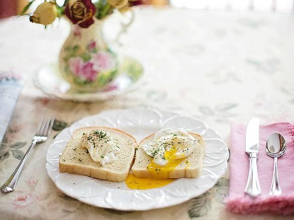 Медики рассказали, кому нельзя есть жареные яйца