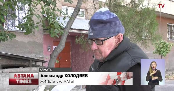 Пенсионер из-за жадности детей живет на скамейке в Алматы