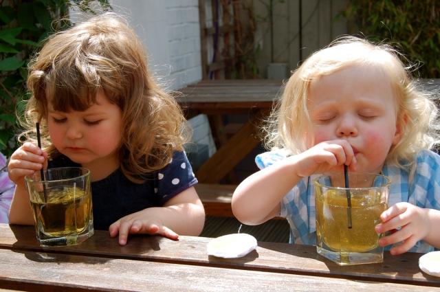 Врач сообщила об опасности пакетированных и свежевыжатых соков для детей