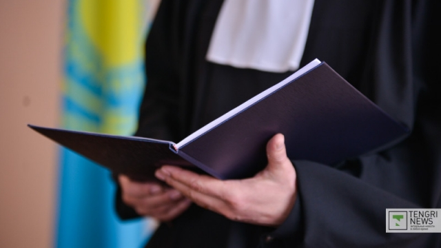 Двух казахстанских судей заподозрили в получении взятки