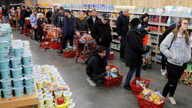 Жители Великобритании снова в панике скупают продукты