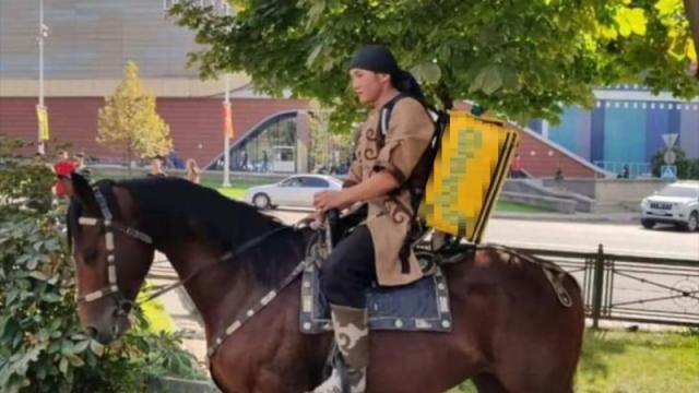 Курьером на лошади в Алматы заинтересовалась полиция