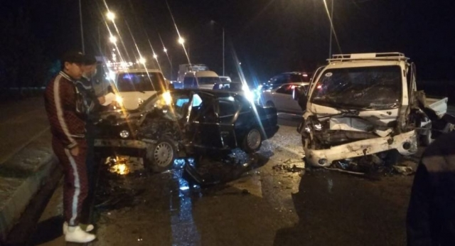 Четыре автомобиля раскидало по дороге после массового ДТП в Алматы