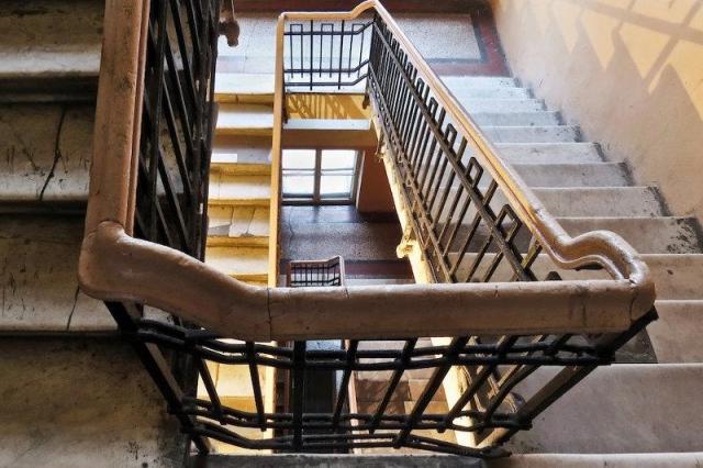 4-летняя девочка упала в лестничный пролет с пятого этажа в Таразе